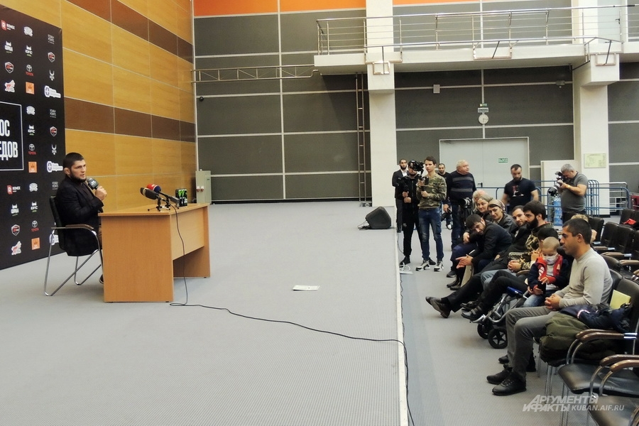 Хабиб Нурмагомедов отвечал на вопросы целый час.