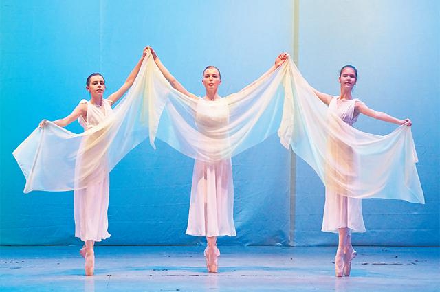 Руководитель коллектива уделяет большое внимание классической хореографии.