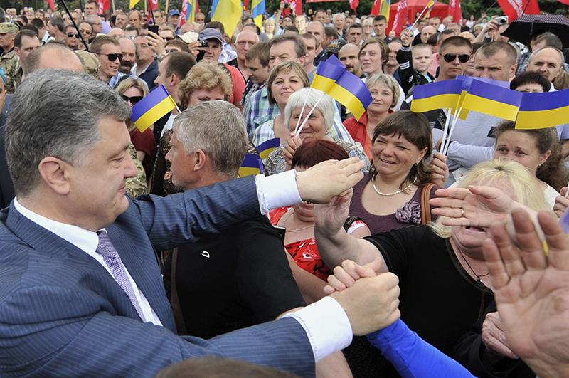 Пока олигарх Порошенко обещает осчастливить всех украинцев, а его соперница Тимошенко грозит третьим кругом революции, ополченцы Донбасса крепят оборону