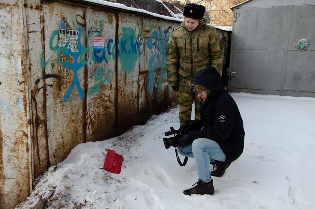 На снегу – «украденная» сумка. На самом деле близко подходить к доказательствам нельзя.