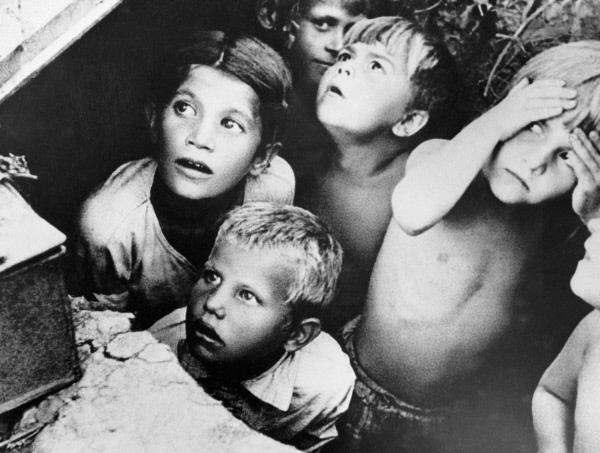 Дети прячутся от немецких бомб в первый день войны