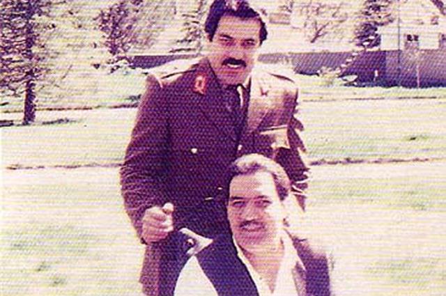 Мохаммад Наджибулла (сидит) со своим братом генералом Шахпуром Ахмадзаем
