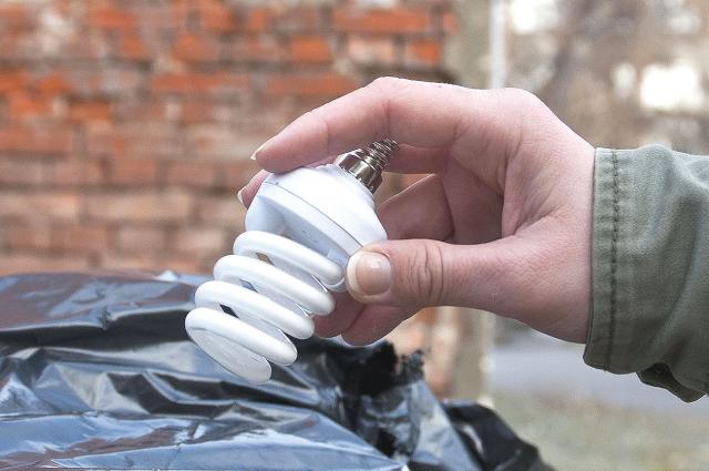 В обычный мусор такую лампочку выбрасывать нельзя.