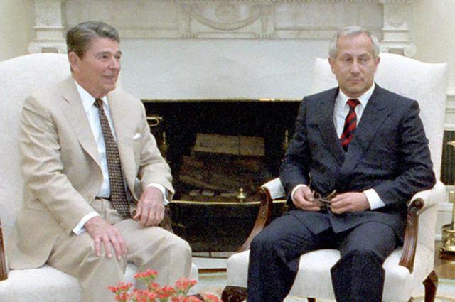 Олег Гордиевский (справа) с экс-президентом США Рональдом Рейганом.