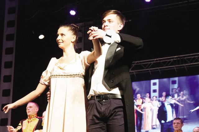 Все конкурсанты танцевали вальс.