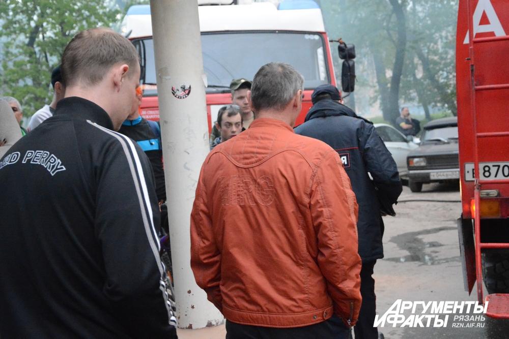 Рабочие ЖЭУ идут давать объяснения полиции.