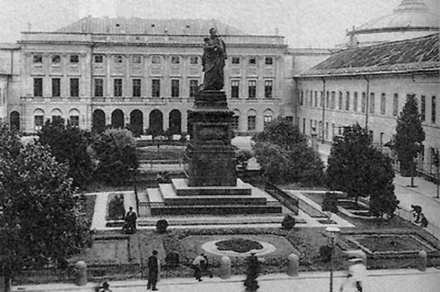 В 1915 году памятник «душителю свобод» Паскевичу в Варшаве снесли.