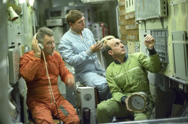 Члены основного экипажа космического корабля «Союз Т-14» (слева направо): бортинженер Георгий Гречко, космонавт-исследователь Александр Волков, командир корабля Владимир Васютин.
