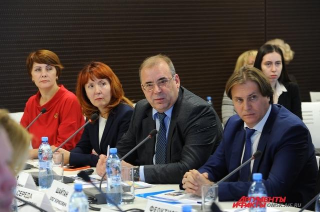 Заместители генерального директора ОНПЗ рассказывали о производственной и социальной деятельности завода.