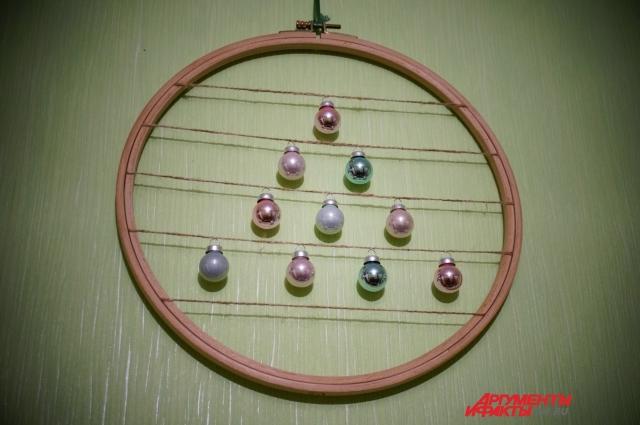 Украшение в виде ёлки можно сделать за 10-15 минут из подручных материалов.