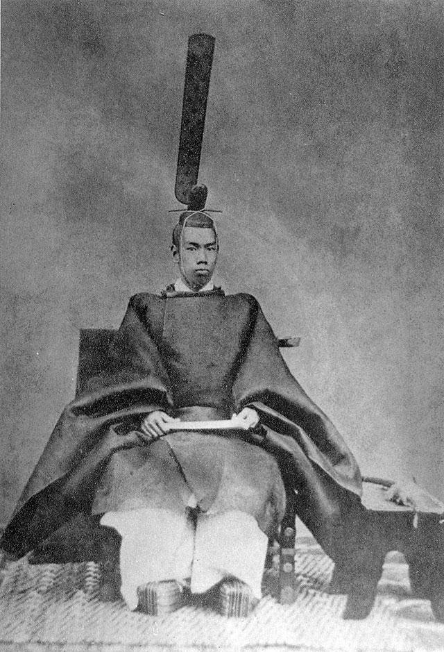 Император Мэйдзи в церемониальных одеждах (1872 год).