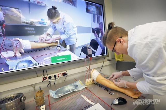 Чтобы взять анализ крови из вены пациента, нужно сначала потренироваться на муляже.