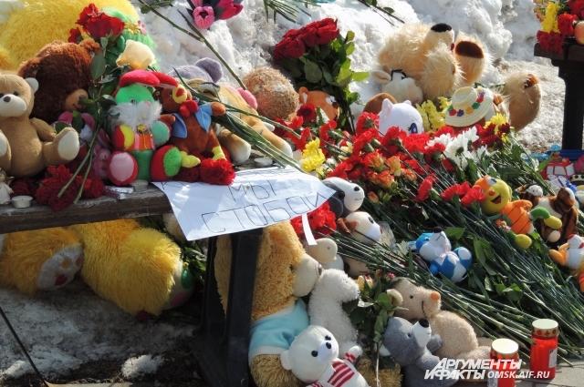 Омичи принесли к мемориалу десятки игрушек.