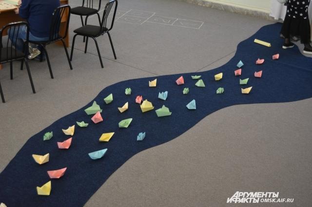 Река оригами протекала через весь зал.