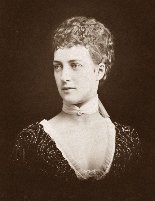 Среди близких родственников и друзей принцесса была известна под уменьшительным именем Аликс.