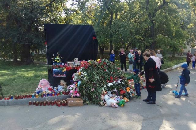 Жители Керчи несут цветы к месту трагедии.