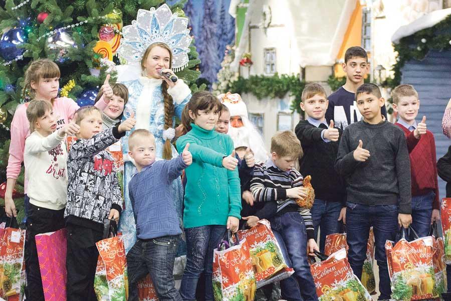 Получив подарки, дети радовались и смеялись.