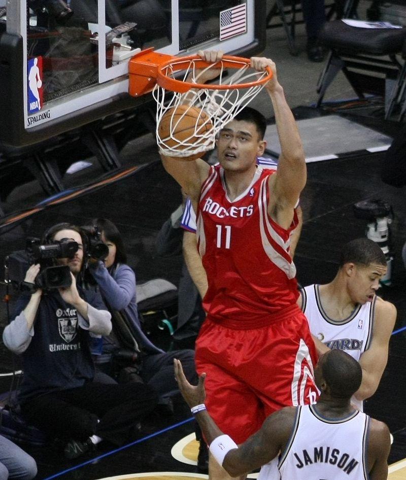 Яо Мин во время игры в 2009 году.
