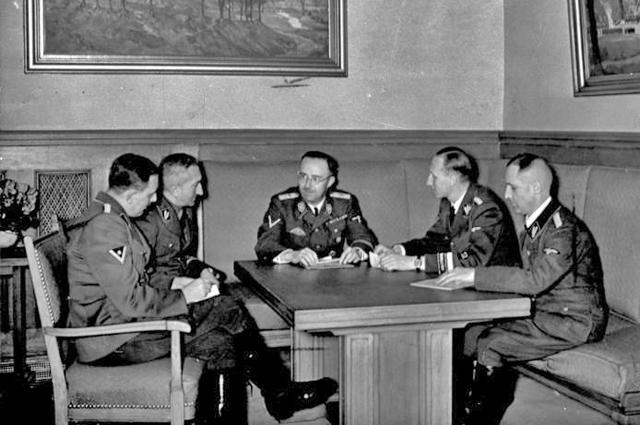 Слева направо: Франц Йозеф Хубер , Артур Небе , Генрих Гиммлер , Рейнхард Гейдрих и Мюллер (1939)