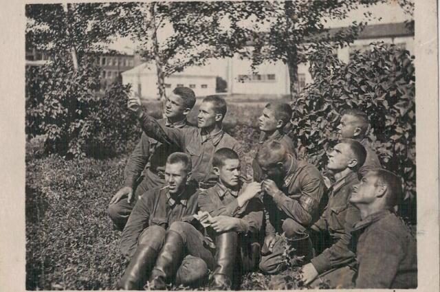 Лейтинант Иван полькин (третий слева) был хорошим другом и мужественным летчиком. За боевые заслугие его наградили орденом Красного Знамени.