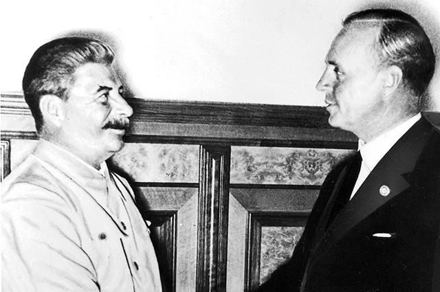 Иосиф Сталин и Иоахим фон Риббентроп в августе 1939 года в Кремле