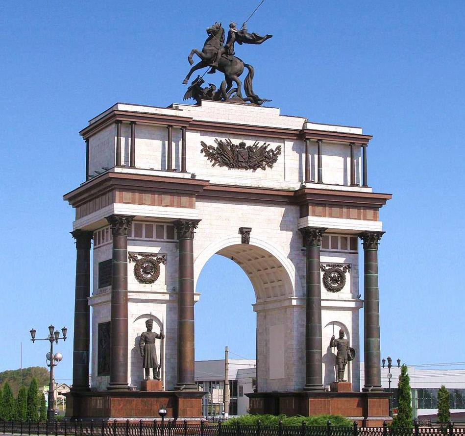 В Курске триумфальная арка была построена в 2000 году, в честь победы советских войск на Курской дуге