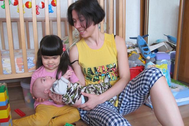 Елена с детьми Илларионом и Надин.
