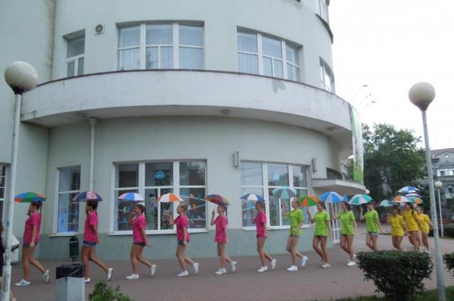Юные таганрожцы пришли на праздник с зонтиками, которые так любила Фаина Раневская.