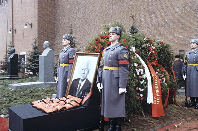 Почетный караул у могилы К.У. Черненко на Красной площади у Кремлевской стены.