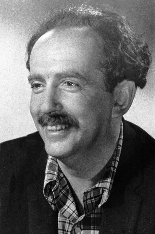 Сценарист, драматург, поэт и исполнитель своих песен Александр Галич. Снимок 1957-1958 гг.
