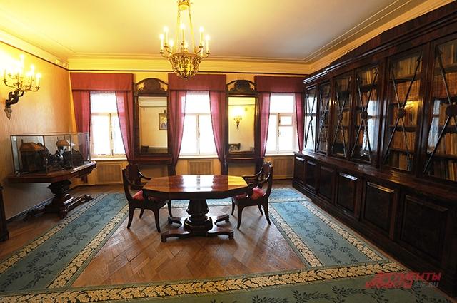 Библиотека в главном доме