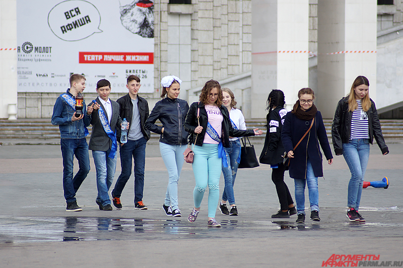 Выпускники отправились гулять по популярным местам в городе.