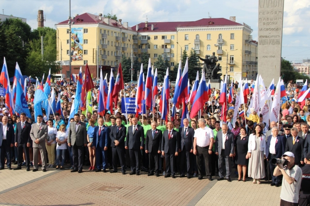Все собравшиеся на площади Партизан исполнили гимн России.