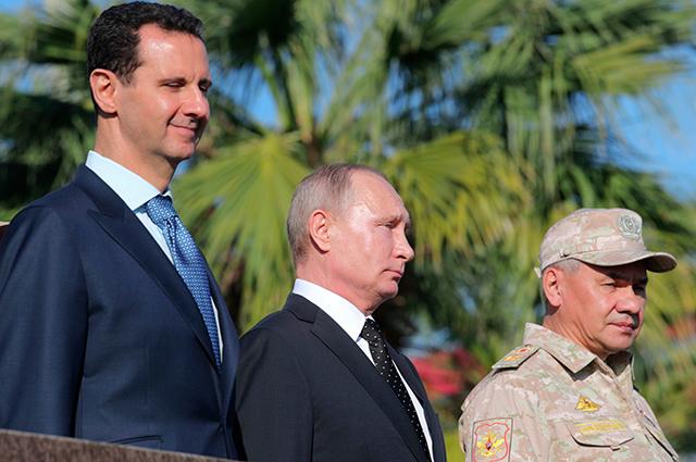 Башар Асад, Владимир Путин и министр обороны России Сергей Шойгу во время посещения авиабазы Хмеймим в Сирии.