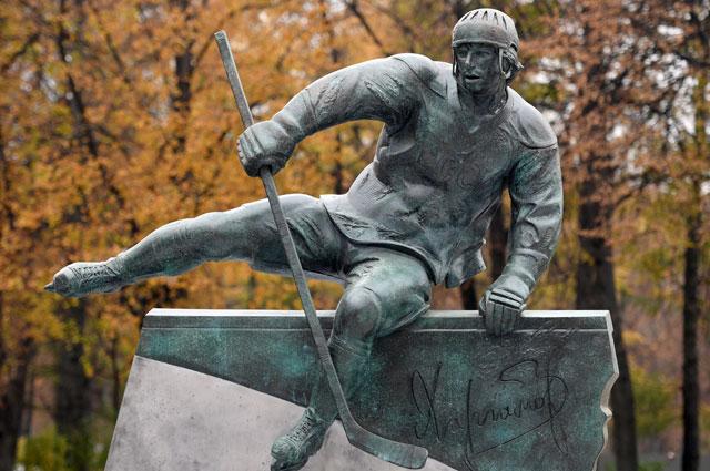Памятник советскому хоккеисту, двукратному олимпийскому чемпиону Валерию Харламову натерритории олимпийского комплекса «Лужники» вМоскве.