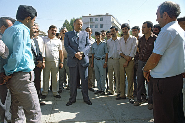 Гейдар Алиев, народный депутат Азербайджанской ССР, с избирателями. Нахичевань, 1990 г.