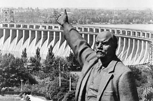 Памятник Владимиру Ильичу Ленину на фоне плотины Днепропетровской ГЭС.