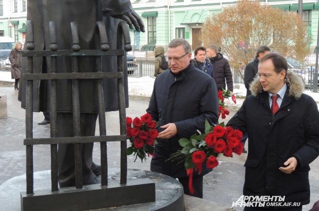 Возложение цветов к памятнику Ульянову.