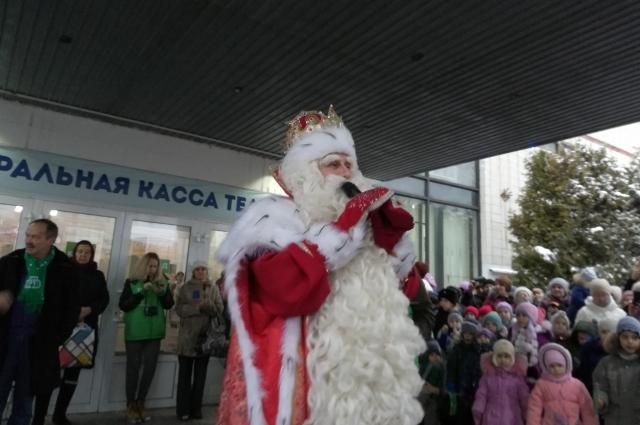 Дед Мороз общается с омскими детьми.