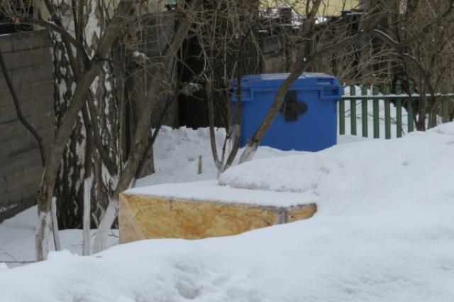 Скульптура Бичукова Ждёт своего часа в заваленном снегом ящике.