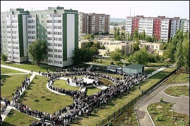Сотни людей ежегодно посещают место взрыва.