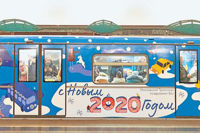 Новогодний поезд декорирован снежинками и мерцающими гирляндами.