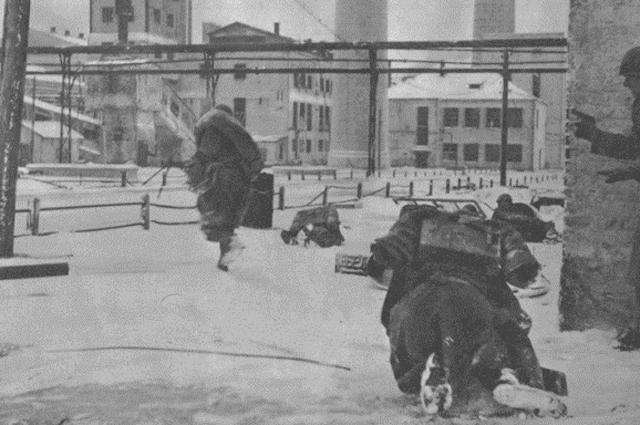 Солдаты КСИР в бою в Горловке.