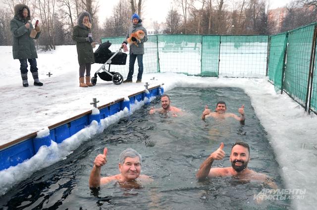 Слева на переднем плане – 82-летний председатель воронцовских моржей Анатолий Захаров.