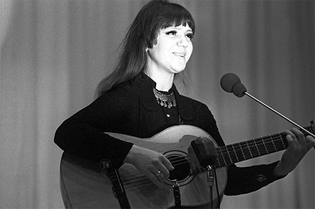 Исполнительница русских народных песен и старинных романсов, эстрадная певица Жанна Бичевская. 1982 год.
