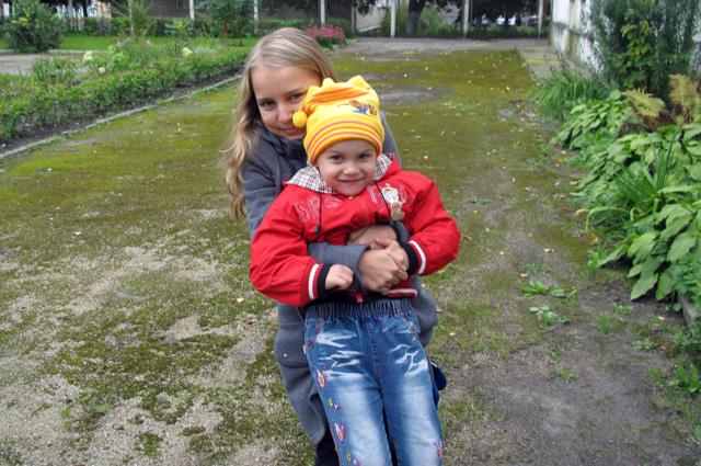 Оля с сестрой
