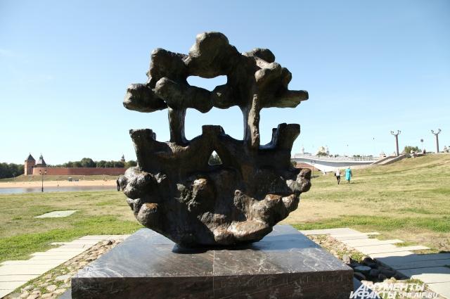 Вид Ганзейского знака заставляет туристов поломать голову.