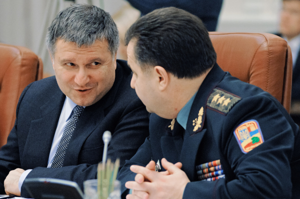 Арсен Аваков (слева) и Степан Полторак на заседании кабинета Министров Украины в Киеве. 2014 год.