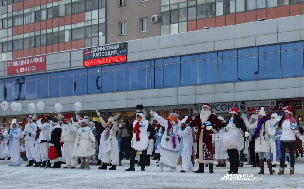 Больше 300 снеговиков и сказочных героев устроили шоу в центре Оренбурга.