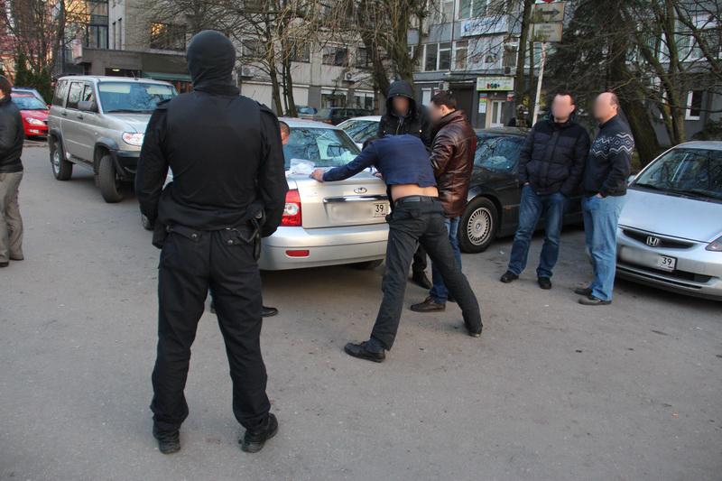 Всех троих мужчин сотрудники полиции при поддержке бойцов СОБР задержали вечером 23 марта на площади Маршала Василевского в Калининграде.